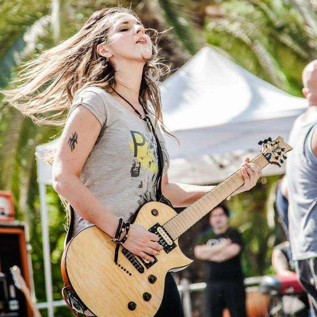 Guitarrista chilena de rock CLER CANIFRÚ teloneará a banda «Mr. Big»
