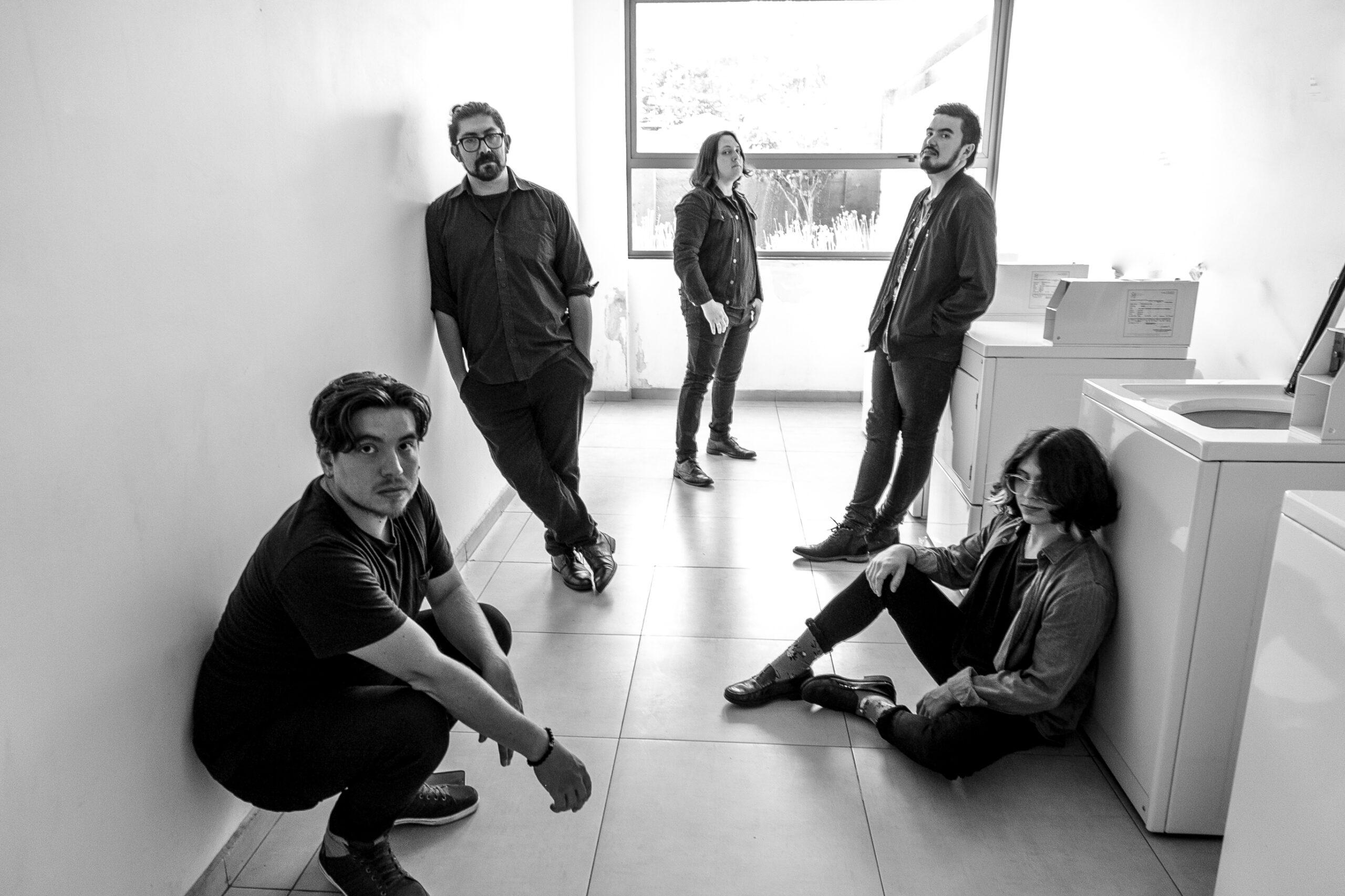 «Elegía al Atardecer» presenta su nuevo single y lyric video «Frío» (2021)